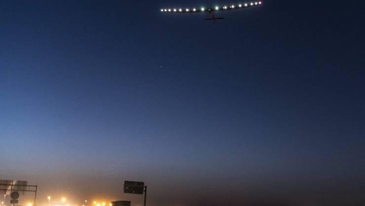 """Der Solarflieger """"Solar Impulse 2"""", hier beim Abheben in Sevilla, befindet sich auf seiner letzten Etappe zwischen Kairo und Abu Dhabi. Dort begann vor einem Jahr die Weltumrundung. (Archivbild)"""