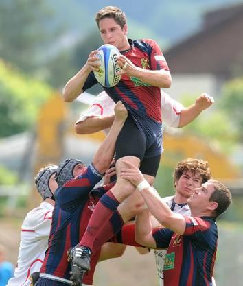 Hannes Merker (oben, Würenlos) pflückt sich den Bal