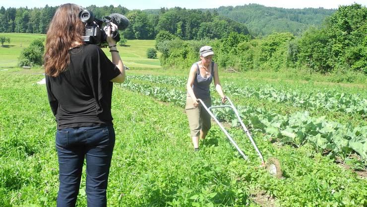 Jeanne Woodtli filmt in Dietikon die Gärtnerin Seraina Sprecher von der Ortoloco-Initiative im Fondli. LTR