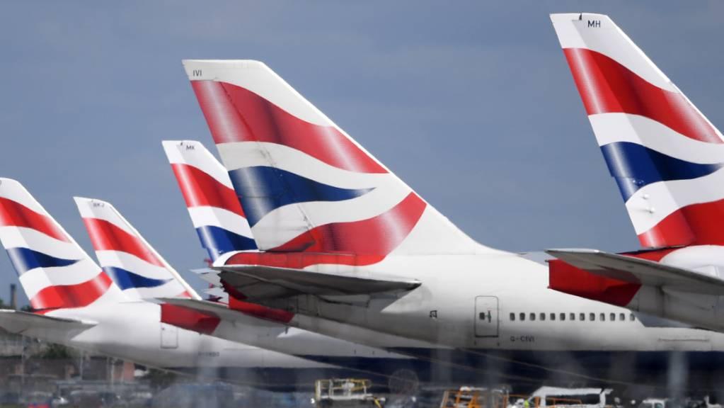 Der Flugverkehr zwischen der Schweiz und Grossbritannien ist seit Mitternacht eingestellt. Nun gilt auch ein Einreiseverbot aus Grossbritannien und Südafrika. (Archivbild)