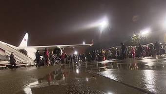 Russische Diplomaten und ihre Familien steigen aus dem Flugzeug in Moskau.