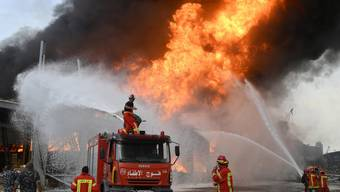 Die Flammen lodern im Hafen Beiruts.