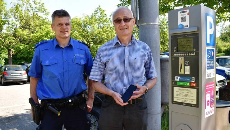 Polizei-Chef Hansueli Loosli und Stadtrat Walter Jucker präsentierten das neue Bezahlsystem auf dem Parkplatz Engerfeld vor.