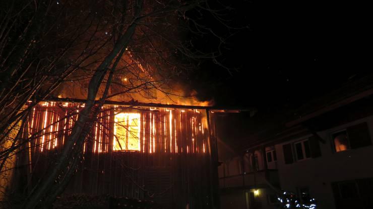Das Feuer griff auf den Dachstock eines Hauses über. Zwei Bewohner konnten sich retten.