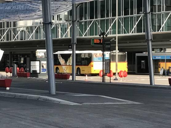 Mittlerweile versperren mehrere Busse die Sicht auf den Schauplatz