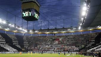Die Fans von Eintracht Frankfurt legten beim Halbfinale der Europa League gegen den FC Chelsea eine Choreo hin, die uns anerkennend mit den Ohren schlackern lässt.