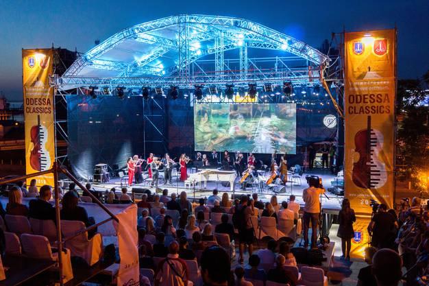 Das Zürcher Kammerorchester spielt für das Publikum auf der Potemkinschen Treppe.
