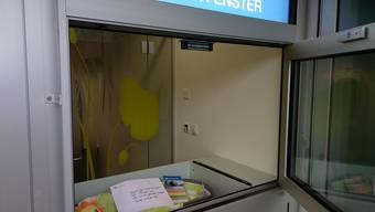 Das Babyfenster in Olten: Hier wird das Baby hineingelegt. Im Umschlag befinden sich Informationen für die Mutter