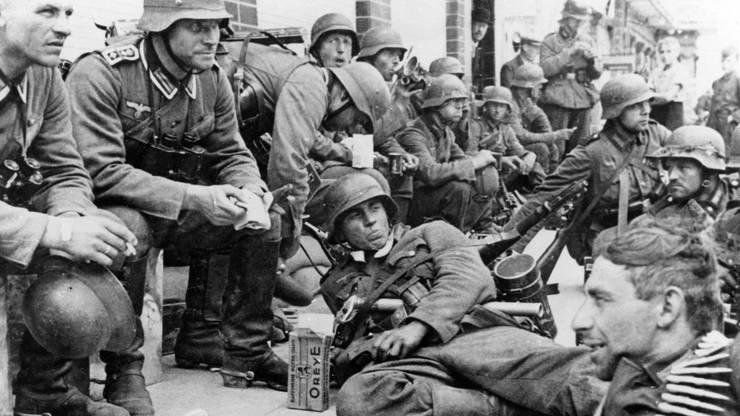 Deutsche Infanterie während des Frankreich-Feldzugs 1940. Die Infanterie durfte hin und wieder rasten, die Panzertruppen rasten ohne Pause weiter.