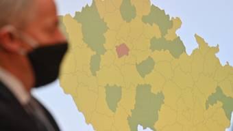 Der tschechische Gesundheitsminister Roman Prymula steht vor einer Karte Tschechiens, auf der Regionen nach dem Infektionsrisiko bewertet werden. Das ganze Land ist von der Bundesregierung zum Corona-Risikogebiet erklärt worden. Foto: Michal Kamaryt/CTK/dpa