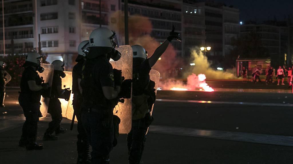 Polizisten sind bei einer Demonstration von Impfgegnern in Athen im Einsatz. Foto: Yorgos Karahalis/AP/dpa