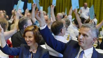 Die FDP-Delegierten wollen die Zuwanderung beschränken, ohne die bilateralen Verträge zu gefährden. Im Bild Bundesrat Didier Burkhalter mit Ehefrau Friedrun.