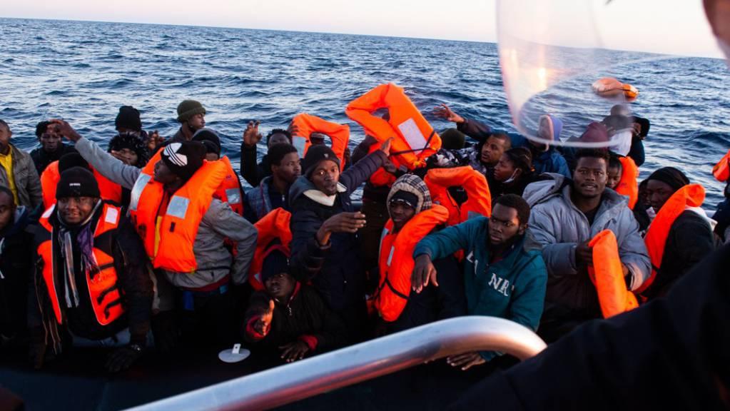 Migranten werden vom Seenotrettungsschiff «Ocean Viking» gerettet.