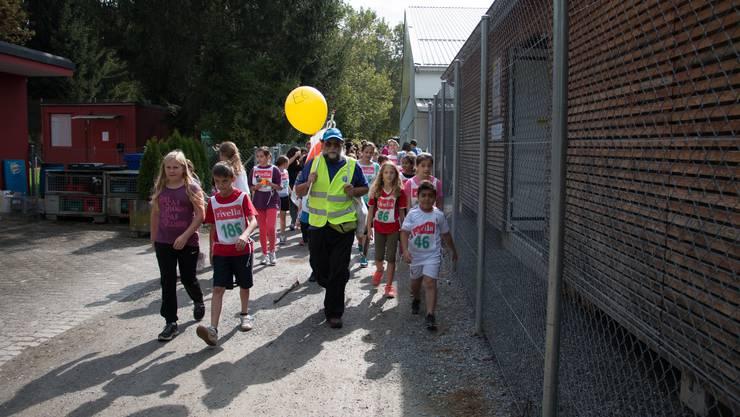 Die Läufer werden von swiss volunteers zu den Über gabestellen begleitet.