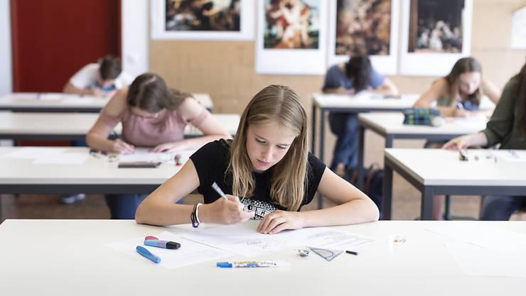 Zurück in die Schule: Mittelschülerinnen und -schüler haben ab dem 8. Juni im Kanton Zürich wieder Präsenzunterricht - vorerst allerdings nur Halbklassen. (Symbolbild)