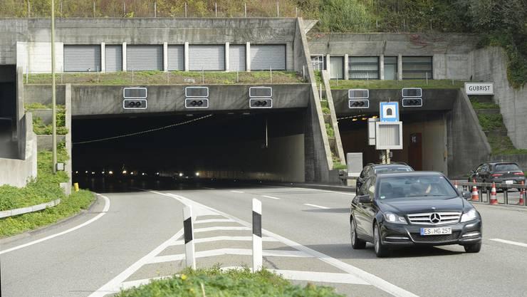 Im Gubristtunnel stürzte das 23-jährige Opfer aus dem Auto. (Symbolbild)