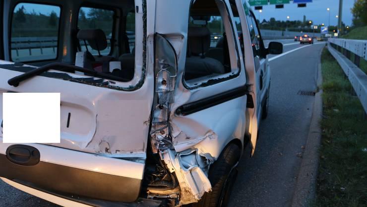 Das beschädigte Auto bei der Ausfahrt A3 Wollishofen.