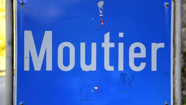 Das Ortsschild von Moutier im Berner Jura