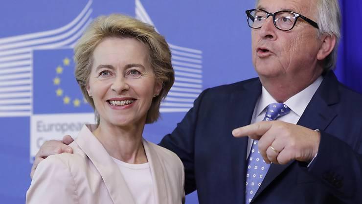Auf Werbetour am Mittwoch im EU-Parlament in Brüssel: Um die Nachfolger von Jean-Claude Juncker (rechts) als EU-Kommissionschef antreten zu können, muss die deutsche Verteidigungsministerin Ursula von der Leyen (links) noch das EU-Parlament von sich überzeugen. (Archiv)