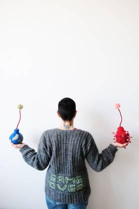 """ariane lugeon mit ihren Stoffbomben """"Bombon"""" in ihren Atelier in der FABRIKCulture in Hegenheim, Photo by Ana Vujić"""