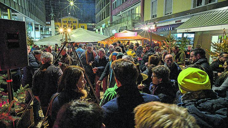 Die «Aarüerete» lockt jedes Jahr viele Menschen auf den Badener Bahnhofplatz. Bild: Alex Spichale