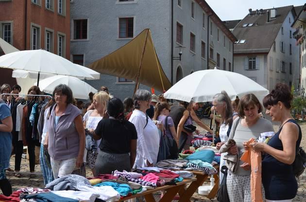 Brugger Hofstatt: An der Frauen tauschen Kleider Börse wird gestöbert, verglichen und anprobiert.