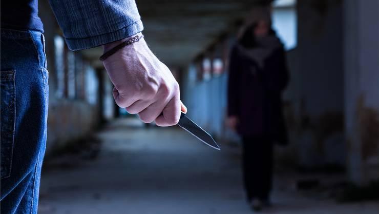Einer der zwei Unbekannten hatte sein Gesicht mit einem Schal vermummt und trug ein Messer in der Hand.