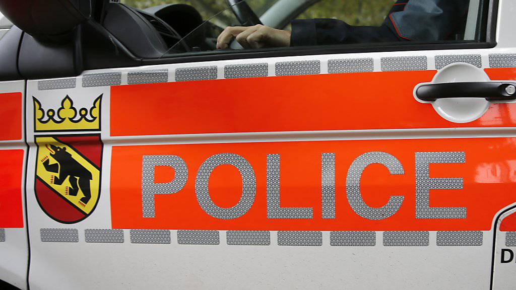 Im bernischen Romont ist in der Nacht auf Sonntag ein 55-jähriger Autofahrer bei einem Selbstunfall ums Leben gekommen. (Symbolbild)