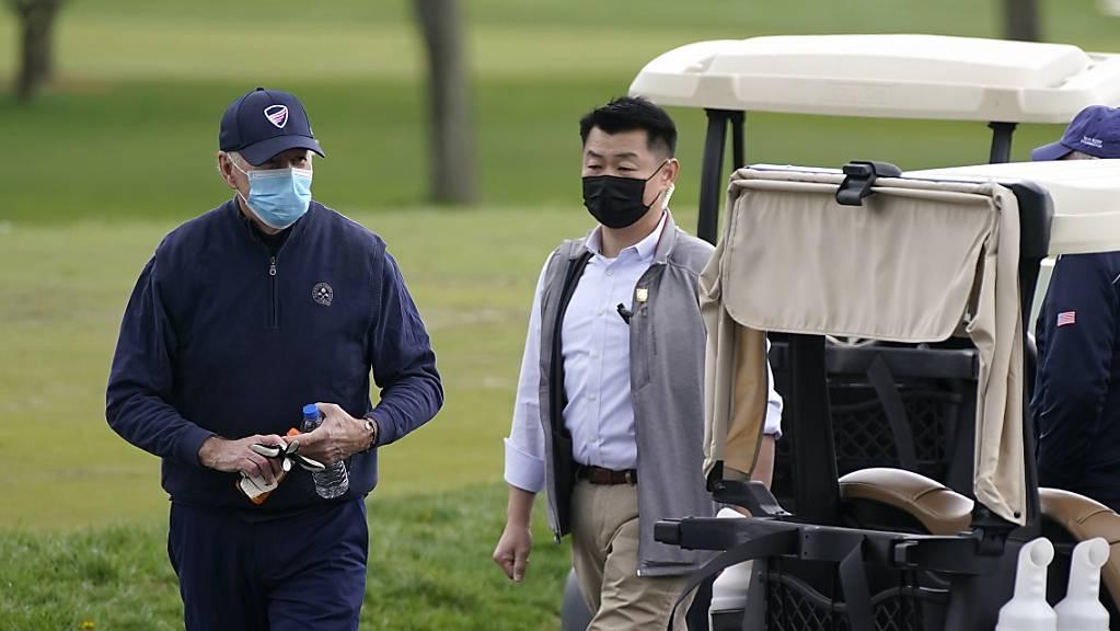 Joe Biden (l), Präsident der USA, nach einem Golfspiel im Wilmington Country Club.