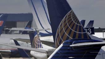 Flugzeuge der United und der Continental stehen nebeneinander