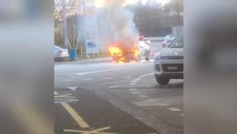 Hier brennt auf der Autobahn-Raststätte Würenlos ein Auto aus.