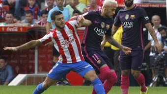 Barcelonas Star Neymar (Mitte) setzt sich gegen Gijons Victor Rodriguez durch
