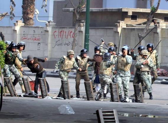 Es kommt nicht selten vor, dass gleich mehrere Polizisten auf einen Demonstranten einprügeln.