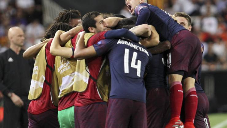 Alexandre Lacazette und Pierre-Emerick Aubameyang feiern mit den Ersatzleuten