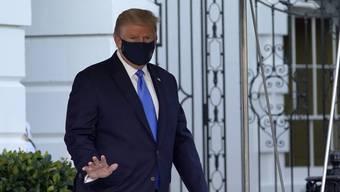 Trump auf dem Weg ins Krankenhaus.