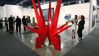 """Eine Skulptur aus LEGO-Bausteinen des kubanischen Künstlerduos """"Los Carpinteros"""" an der Art Basel Miami Beach"""