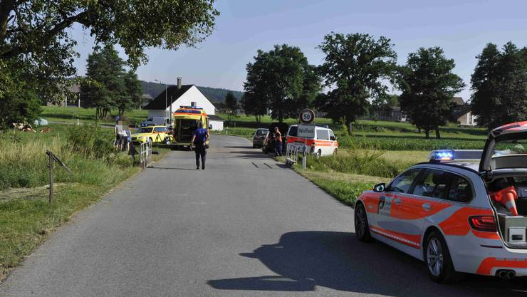 Der Motorradlenker musste mit einem Rettungshelikopter ins Spital gebracht werden.