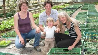 Ursina Suter Niggli mit ihrem 15 Monate alten Sohn Flurin, Jeremias Niggli und Regula Niggli Suter freuen sich über das Gedeihen der Setzlinge in ihrem Treibhaus in Unterentfelden. Ihre Tiere leben am Hungerberg in Aarau, das Land liegt verteilt in umliegenden Gemeinden.ba