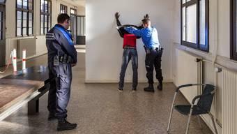 Bei einem Nein zum verschärften Waffenrecht dürfte die Schweiz wieder verstärkt in den Fokus von Asylsuchenden geraten.