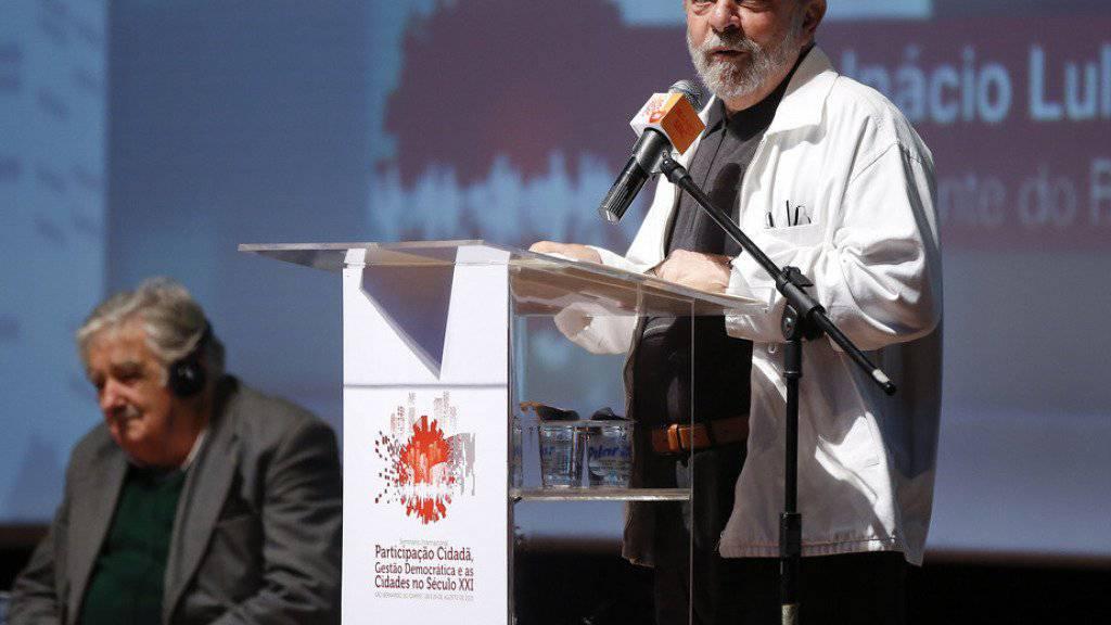 Hat seine Rückkehr in die Politik angekündigt: Brasiliens Ex-Präsident Luiz Inácio Lula da Silva (r.) beim gemeinsamen Auftritt mit dem Ex-Präsidenten Uruguays, José Mujica (l.), in São Bernardo do Campo. Lula will seiner Nachfolgerin Dilma Rousseff den Rücken stärken