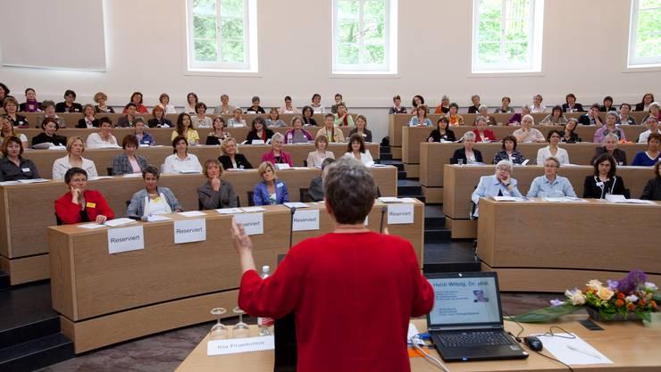Landsgemeinde: Unter den Frauen im Grossratssaal war auch Regierungsrätin Susanne Hochuli (vorne, 3. von links). (Bild: Pascal Meier)