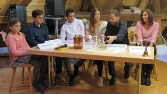 Die Fernseh-Bauernfamilie zu Gast in der Schälismühle (vl.): Die vier Kinder Ladina, Maurin, Simon und Katja mit den Eltern Christoph und Nicole Dietschi.