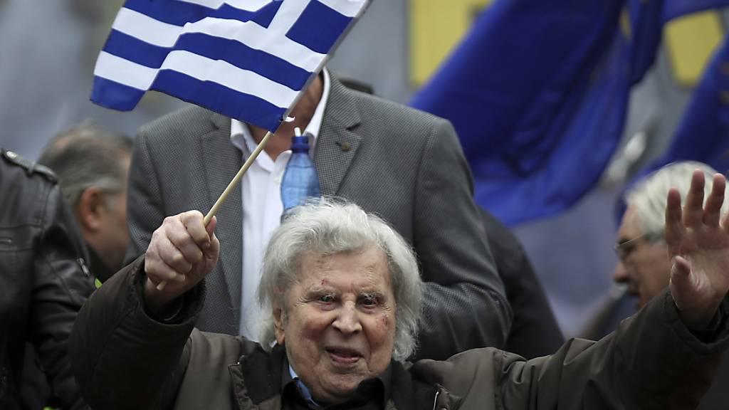 ARCHIV - Der griechische Komponist Mikis Theodorakis ist am 02. September im Alter von 96 Jahren in Athen gestorben. Die griechische Regierung hat eine dretägige Staatstrauer für ihn angeordnet. Foto: Petros Giannakouris/AP/dpa