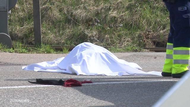 Autofahrer schleift Frau 500 Meter mit und flüchtet