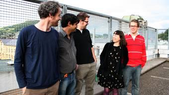 Die Organisatoren treffen sich in der Woche vor dem Start ihres Freiluftkinos am Ort des Geschehens, dem Parkhausdach Gartenstrasse in Baden. V.l.: Nik Fischer, Alain Zaba, Flurin Isler, Baiba Bondare und Martin Isler