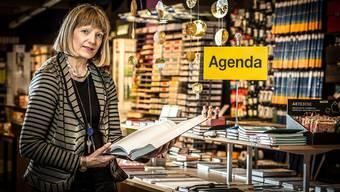 Doris Tarmann-Bodmer vor den schwindenden Stapel Agenden in der Papeterie Hagenbuch in Aarau.