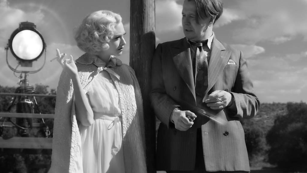HANDOUT - Amanda Seyfried (l) und Gary Oldman in einer Szene aus «Mank». Foto: Uncredited/Netflix/AP/dpa - ACHTUNG: Nur zur redaktionellen Verwendung bis zum 29.03.2021 im Zusammenhang mit einer Berichterstattung über den Film und nur mit vollständiger Nennung des vorstehenden Credits