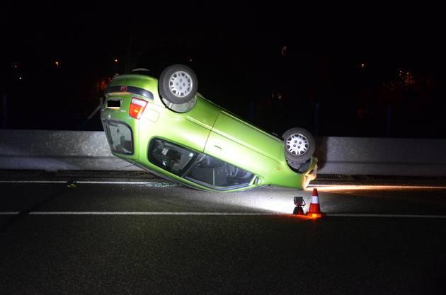 Lausen BL, 17. Februar: Ein Junglenker verunfallte beim Versuch einem Tier auszuweichen. Der Fahrer blieb unverletzt.