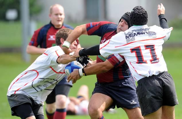 Angelo Olivieri (Mitte, Würenlos) wird hart attackiert