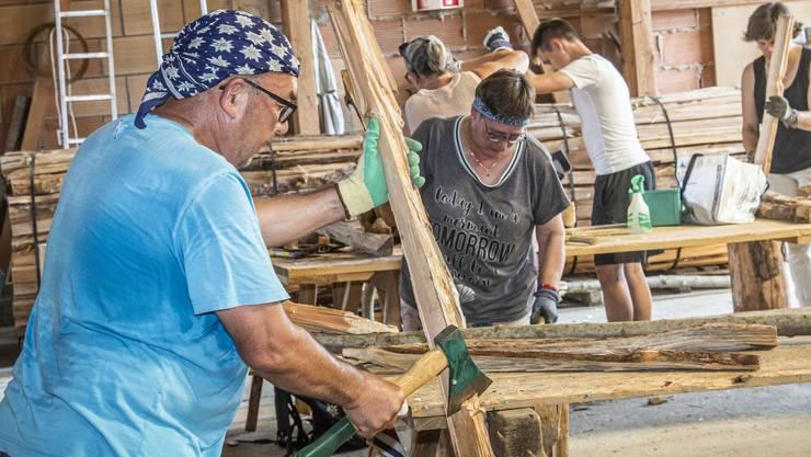 Frauen und Männer bauen Chienbäse für die Fête des Vignerons.